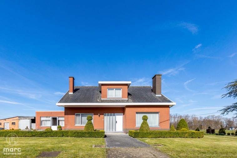 Te koop Charmante gezinswoning met 2 grote opslagplaatsen op een perceel van 45a 97ca.